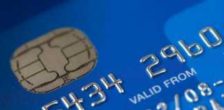 Tarjeta de crédito con chip incorporado.