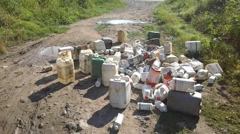 Envases de agroguímicos desechados en un camino rural generan fuertes riesgos para la salud.