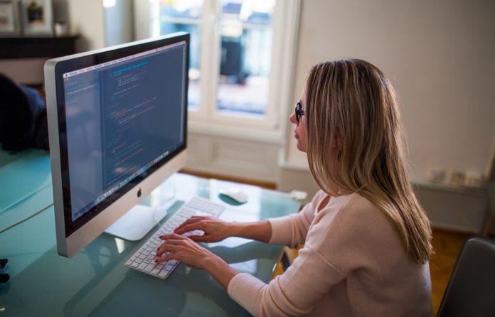 Expertos en programación, tecnología y telecomunicaciones están entre los roles más buscados y mejor pagos.